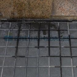 Necesidad de repelente de orina para evitar manchas y olores en suelo urbano