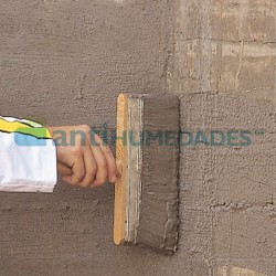 Aplicación de mortero Sec Antisales de Idroles a brocha en una pared