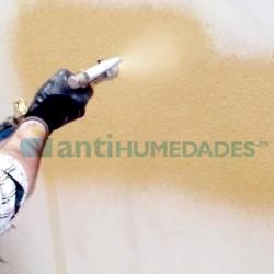 Aplicación de pintura de corcho proyectado con pistola de gotelé