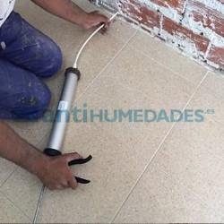 Aplicación de barrera capilar creamsilan 80-500 Idroless con pistola de calafateo en pared