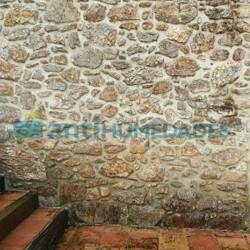 Muro de piedra con humedades capilares que necesitan tratamiento con Inyección Líquida Sopgal