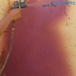 Aplicación de pintura de corcho aislante con resinas en pared exterior