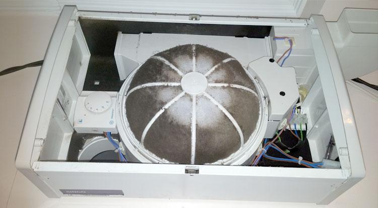 Retira los 4 tornillos que tiene la tapa y accede al filtro