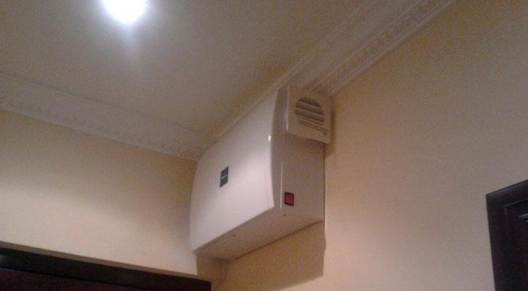 Equipo de ventilación colocado en un salón de un cliente
