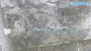 Las sales debidas a las capilaridades siguen presentes en las paredes a pesar de los años