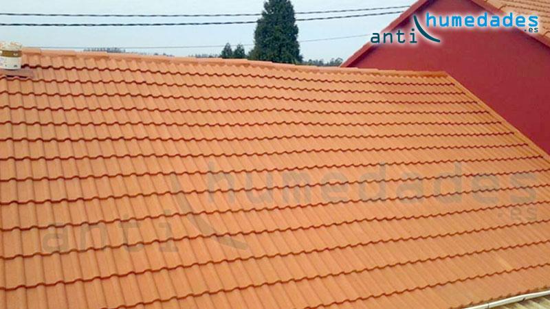 Las tejas están compuestas de materiales porosos como la arcilla, fibrocemento, barro, ... por lo que si no están hidrofugadas son permeables