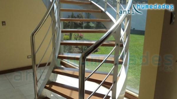 Escalera metálica en el interior de una vivienda