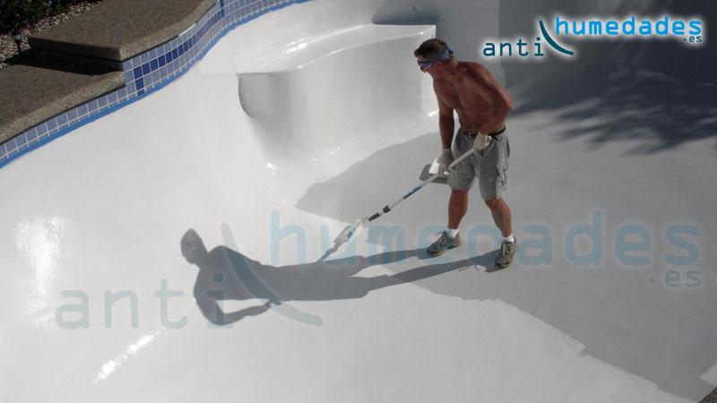 Aplicación de pintura de poliuretano en piscinas