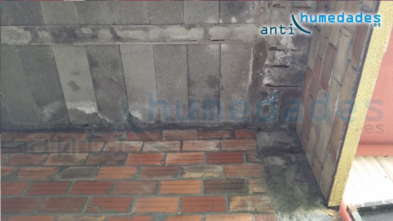 En las humedades por filtración también pueden aperecer sales. Si no reparamos las humedades podrían aparecer daños más serios, como en este caso, donde el hierro del hormigón se está oxidando y reventando.