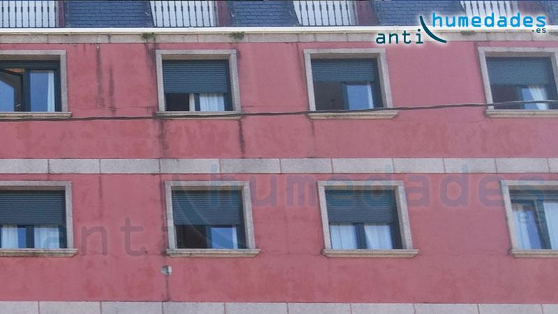 Fachada con pintura impermeabilizante desgastada que permite que el agua se filtre al interior