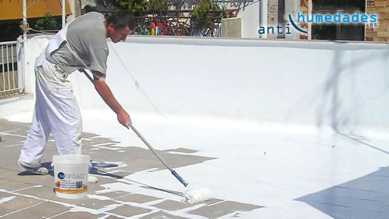 La pintura de caucho térmica en colores blancos o pastel ayuda a romper el puente térmico entre el interior y el exterior de tu casa.