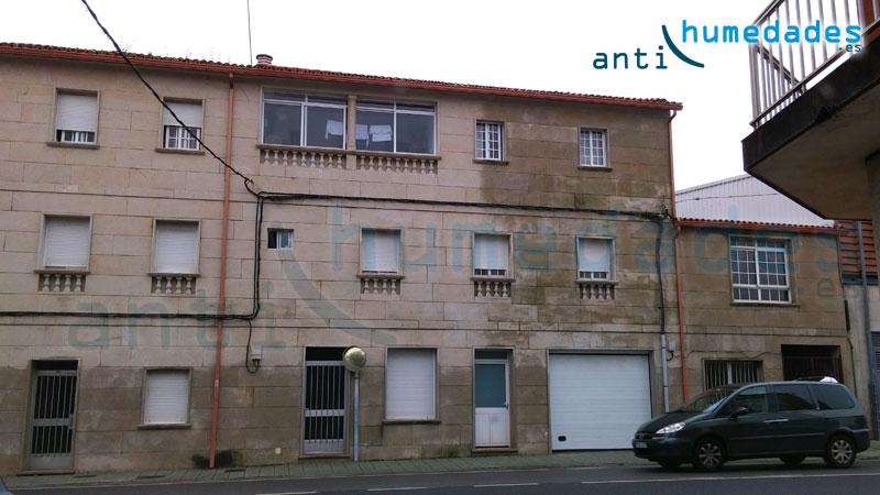 Ejemplo de pared en vivienda. La mitad de la casa está hidrofugada y la otra mitad no. La parte de la fachada hidrofugada, repele el agua y no permite filtraciones