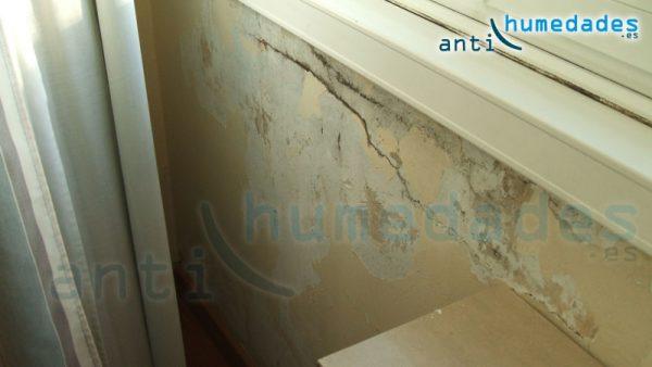 Humedades por filtraciones en marcos de ventanas hacen peligrar la integridad de la pared