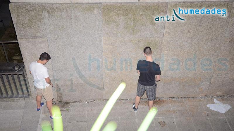 Las fiestas en la calle provocan el descontento de los vecinos ya que las fachadas sufren los orines de personas y grafitis