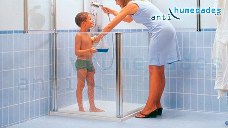 Las bañeras y platos de ducha son superficies propensas a las caídas