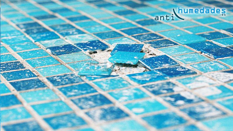 Gresite en piscina suelto, reparación con mortero impermeabilizante