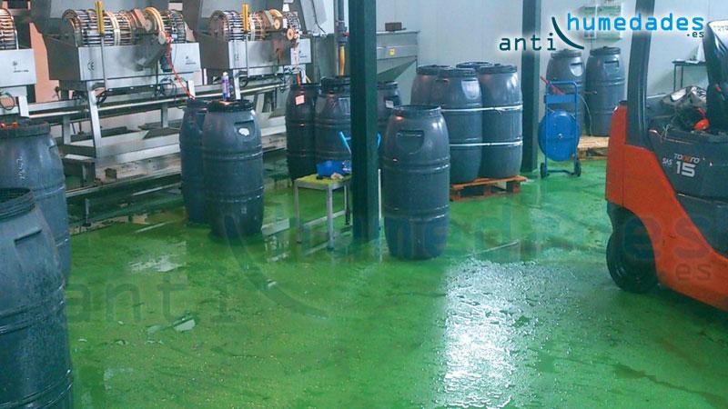 El Epoxi es una pintura para suelos muy resistente al paso de maquinaria y personas