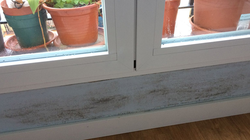 humedad por condensacion junto a las ventanas