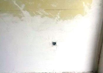 Enlucido de la pared con cal hidráulica natural