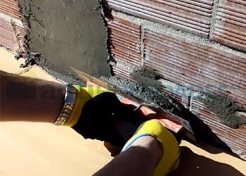 Aplicación de mortero de secado rápido cubriendo la pared