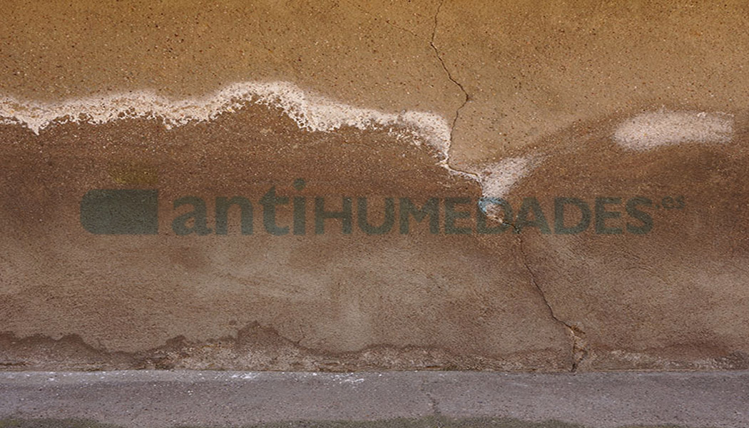 Pared con eflorescencias por humedades y salinidad necesita repararse con un mortero antisales