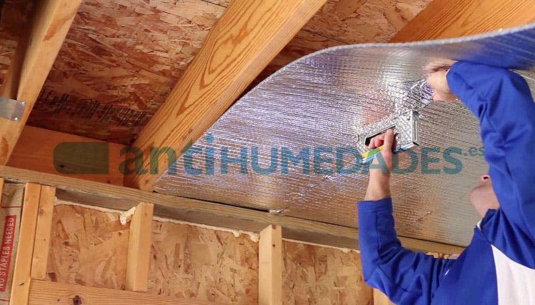 Colocar aislante térmico reflexivo de Sopgal para impermeabilizar y romper puentes térmicos