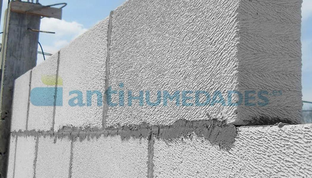 Aplicación de mortero con aditivo hidrófugo de Sopgal en la colocación de bloques de hormigón