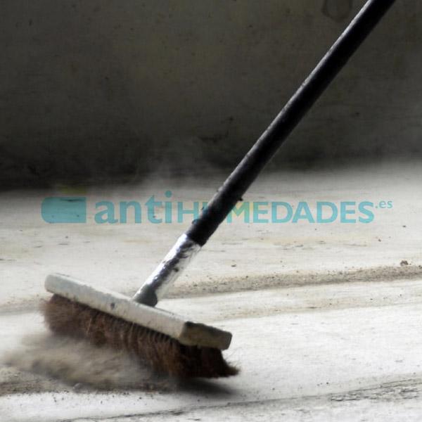 Limpiar la superficie en la que se va a aplicar el Epoxi Autonivelante Sopgal