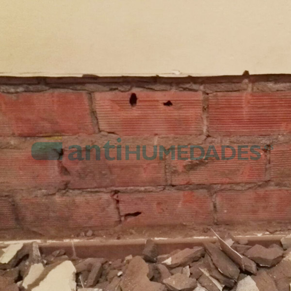 Descarnar la zona de la pared que vaya a recibir el tratamiento para capilaridades