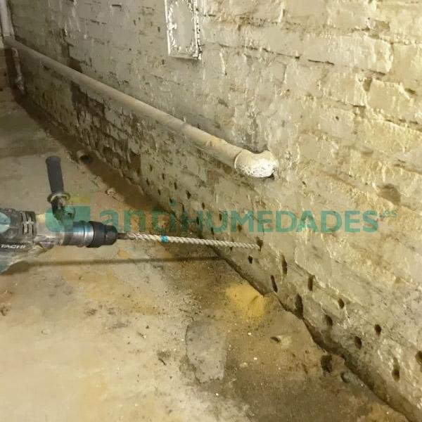 Realizar agujero con taladros en la pared para aplicar la Inyección Líquida para Capilaridades de Sopgal