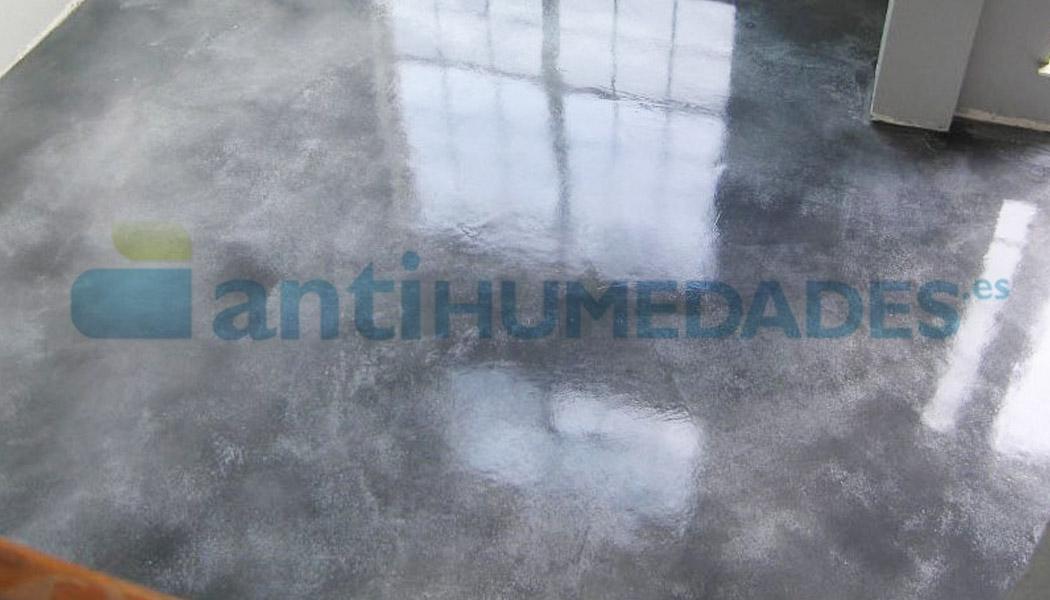 Resina de poliuretano alifático incolora Sopgal que da brillo y protección al suelo frente al desgaste