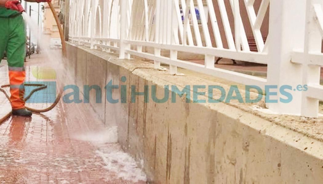 Limpiar aceras y paredes de las manchas de pis u orina